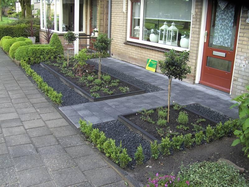 Kleine strakke voortuin tuinaanleg projecten for Strakke kleine tuin